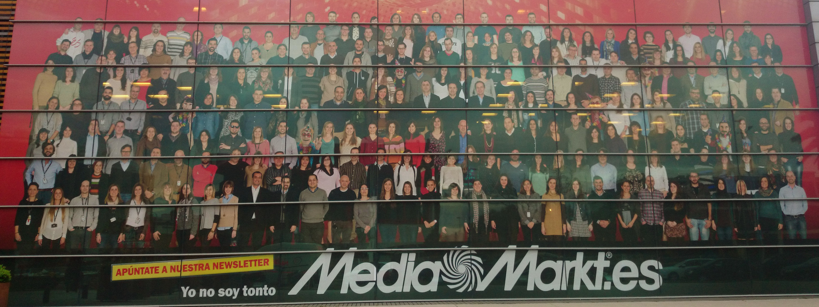 Fachada del edificio de Media Markt con una foto de todos los empleados... ¿Dónde está Wally?